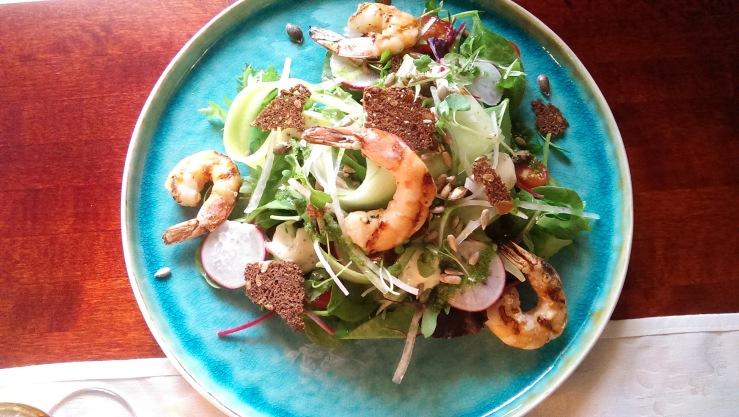 Фирменный салат Spot с креветками жаренными на гриле. Spot salad with grilled prawns.