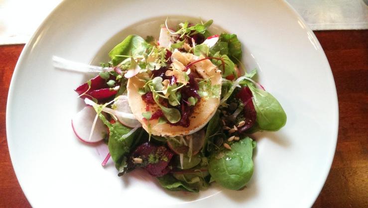 Салат с козьим сыром и луковым вареньем. Goat cheese salad with onion jam.