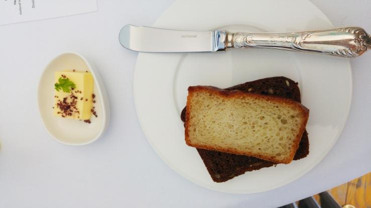 Белый и чёрный хлеб от ресторана. White and black bread on the house.