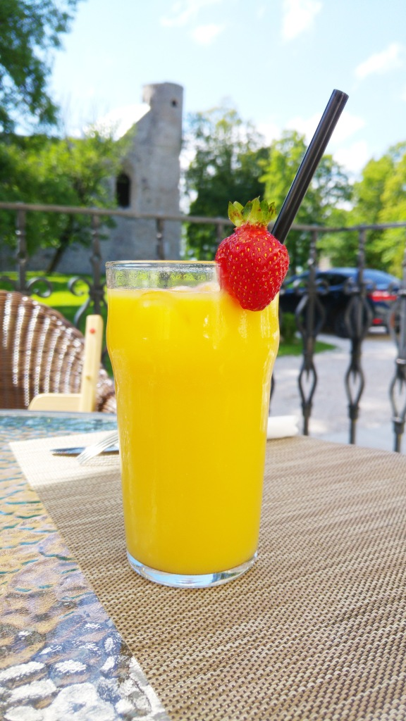 Апельсиновый сок с тоником. Orange juice with tonic.