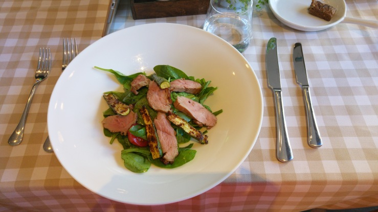 Листья шпината с жареной утиной грудкой. Spinach leaves with grilled duck breast.