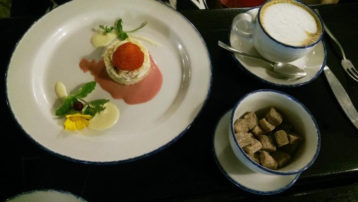 Пирог с ревенем и ванильным соусом. Cake with rhubarb and vanilla sauce.