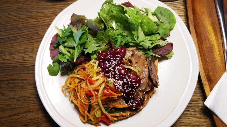 Гренка с утиным филе и овощами. Grenka with duck fillet and vegetables.