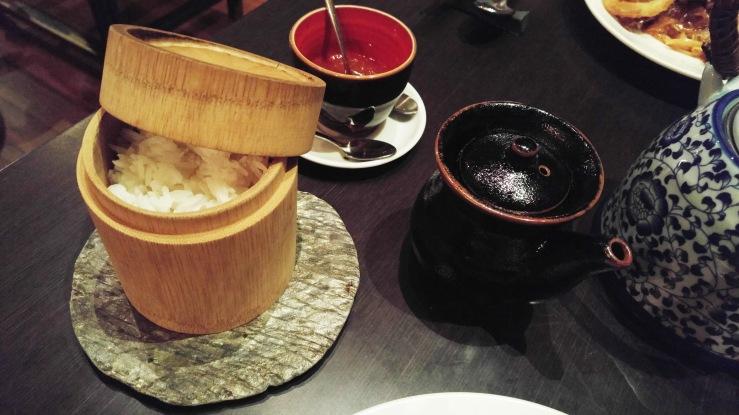 Рис и соевый соус к оленине. Rice and soy sauce for venison.