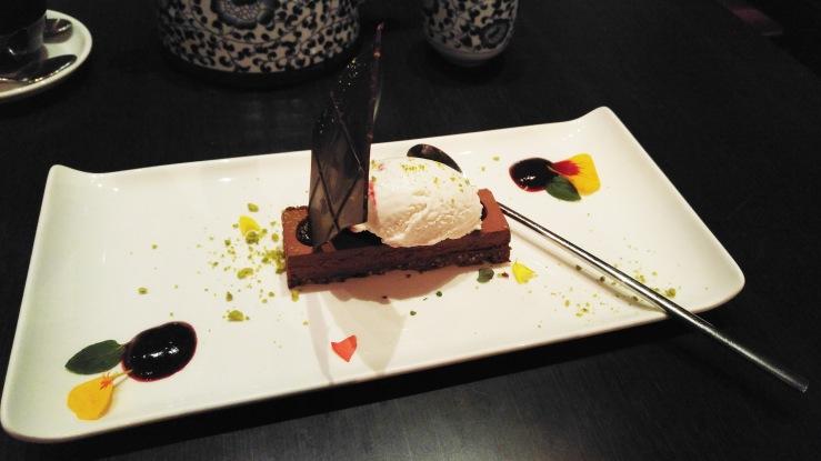 Пирожное с шоколадной халвой и мороженое. Chocolate halva cake with ice cream.